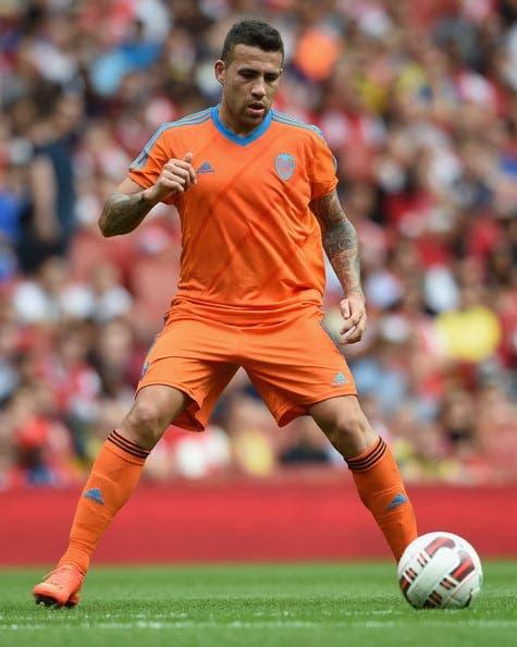 El líder de la defensa del Valencia CF da la cara ante los aficionados