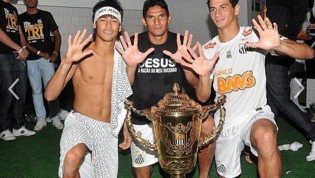 Neymar junto a sus compañeros del Santos. Foto: Weloba