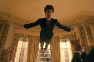 Klaus espabila en The Umbrella Academy para sacar todo su poder