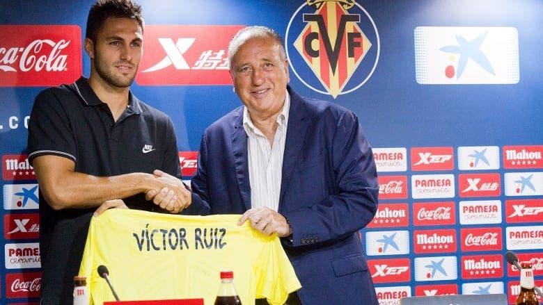 Víctor Ruiz junto al presidente del Villarreal CF, Fernando Roig