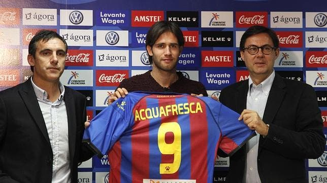 Acquafresca con la camiseta del Levante UD.