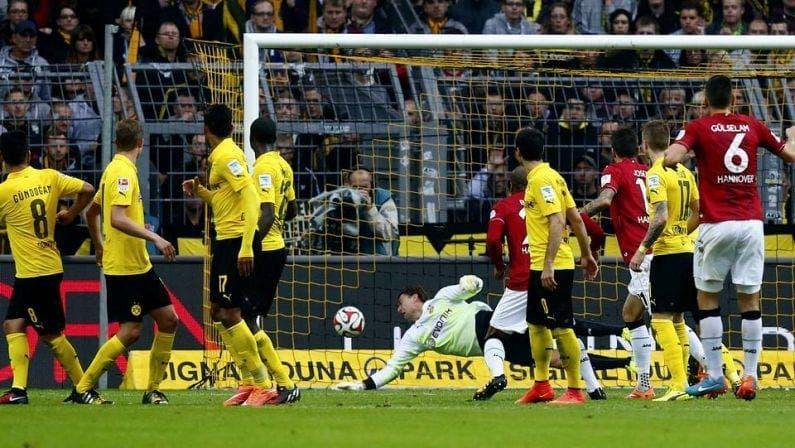 Gol de falta que condena al BVB en la Bundesliga. Foto: Agencias.