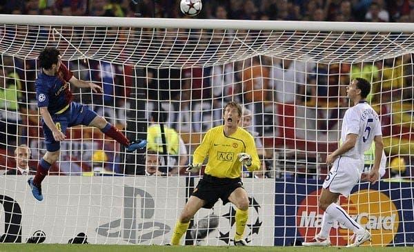 Leo Messi a punto de batir a Van Der Sar. Foto: Agencias