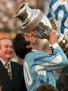 Enzo-Francescoli-levanta-la-Copa-América-para-su-país