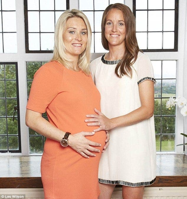 Megan Harris exhibe su embarazo con su pareja. Foto: Agencias.
