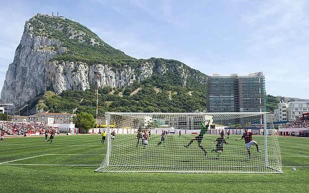 Vista del Peñon de Gibraltar desde su campo de fútbol. Foto: Agencias.