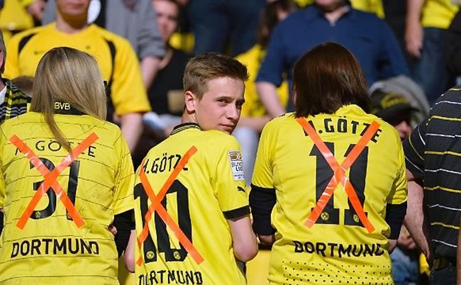 Aficionados mostrando su descontento cuando Götze firmó por el Bayern de Munich.