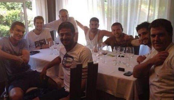 Illarra de comida con los jugadores de la Real Sociedad tras el 4-2. Foto:  Agencias.