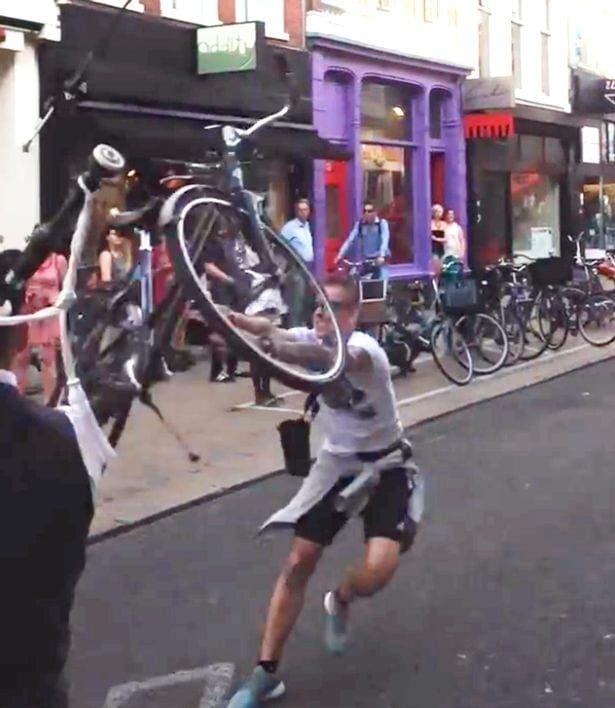 "Aficionado holandés lanza una bicicleta a un ""gaitero· escocés después del Groningen-Aberdeen."