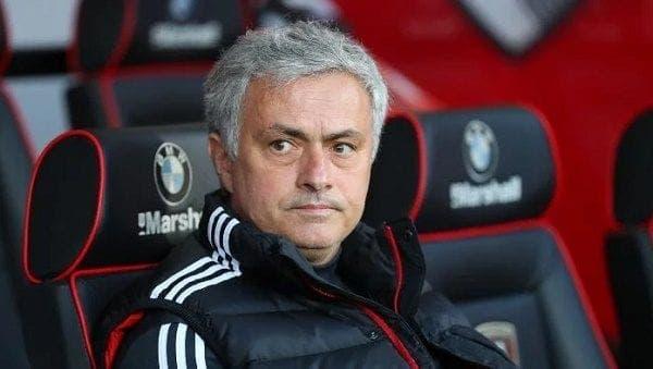 Jose Mourinho en el banquillo