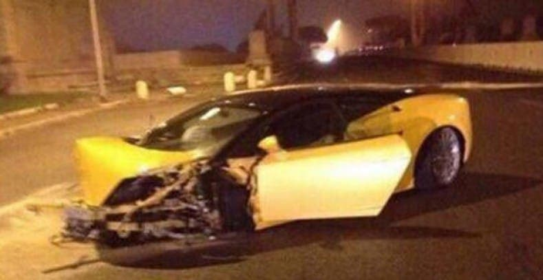 Keita destrozó su potente deportivo amarillo tras chocar con un muro a altas horas de la madrugada. Foto: Agencias.