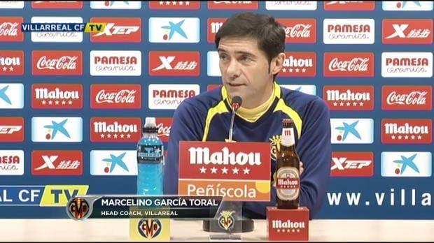 El técnico del Villarreal CF arenga a sus jugadores