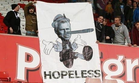Aficionados del Newcastle se burlan de Pardew. Foto: Agencias.