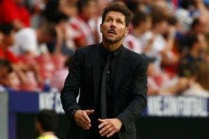 el entranador del Atlético dirigiendo en la banda