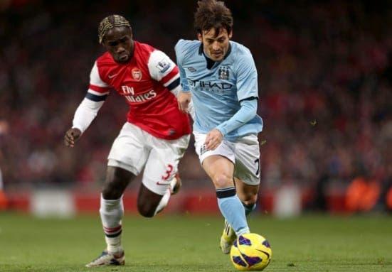 Bacary Sagna intentando arrebatarle el balón a David Silva. Foto: Agencias.