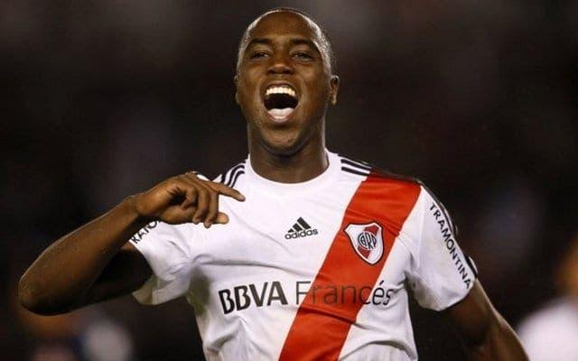 """El """"Coyote"""" Balanta con la camiseta de River Plate"""