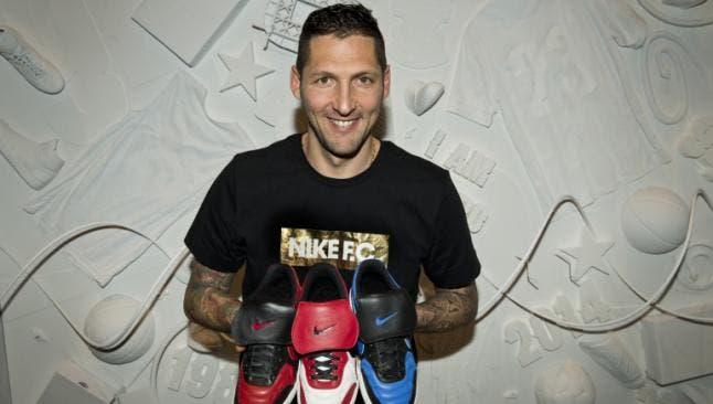 Marco Materazzi con las botas de su creación