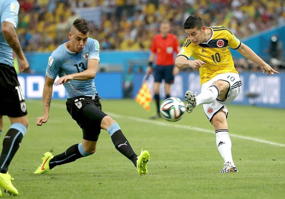 James en el momento de la ejecución del mejor gol del Mundial.