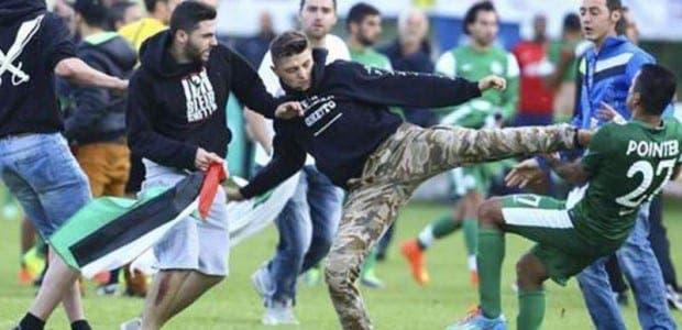 Pelea entre los aficionados del Lille y los jugadores del Maccabi Haifa.