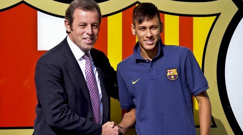 Sandro Rosell y Neymar Jr, frente las oficinas del club.