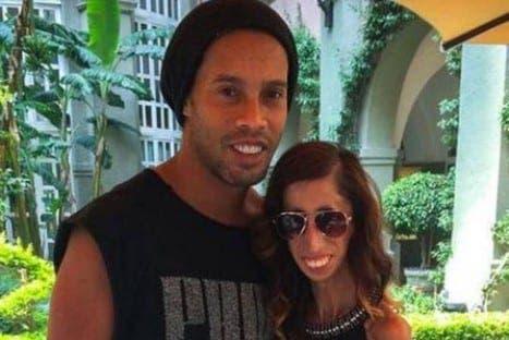 Ronaldinho posando con Lizzie Velasquez
