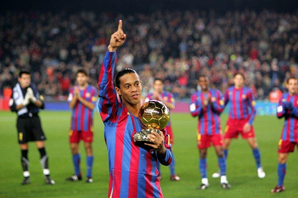 Ronaldinho muestra su balón de oro al Camp Nou