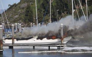 Yate de Michel Salgado en llamas./ Agencias