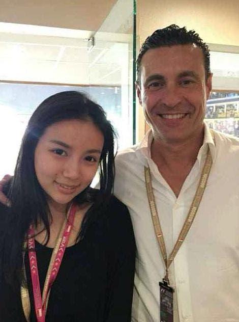 Amadeo Salvo acompañado de la hija de Peter Lim